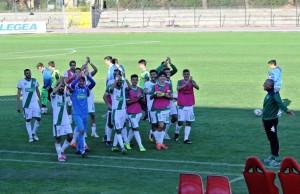 I giocatori sotto la tribuna per salutare i tanti tifosi giunti da Castelfidardo