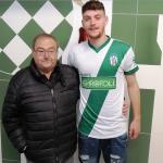 Il nuovo attaccante Petrarulo con il presidente Franco Baleani
